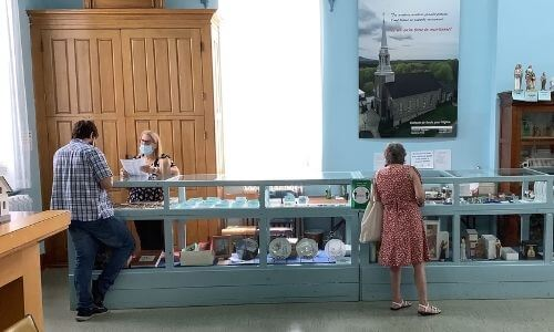 magasin d'objets de piété, église Sainte-Anne-de-la-Rochelle, paroisse Sainte-Famille de Valcourt